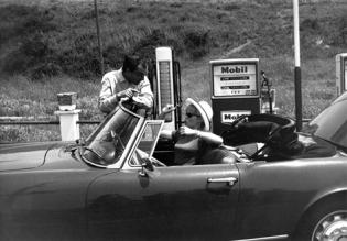 Le réalisateur Jean-Luc Godard et l'actrice Brigitte Bardot pendant le tournage du film 'Le Mépris', en 1963, en Italie.
